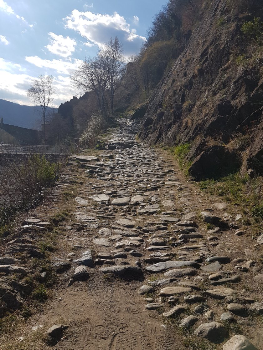 Ponte del diavolo sentiero